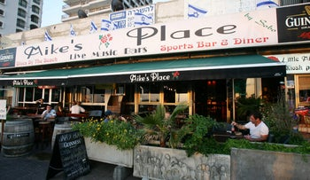 'Mike's Place' Tel-Aviv. Shift manager forces waitress to take body shot off client