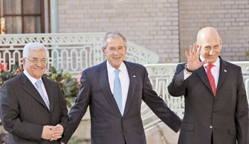 Palestinian President Mahmoud Abbas, President George W. Bush and Prime Minister Ehud Olmert, Annapolis (2007‏).
