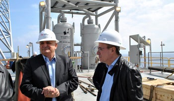 Energy Minister Silvan Shalom, right, and Yitzhak Tshuva, the controlling shareholder of Delek Group, on a drilling rig, March 27, 2013.