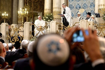 Pope Francis (L) listens to chief Rabbi Riccardo Di Segni at Rome's main Synagogue on January 17, 2016.