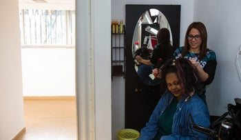 A stylist working at the Netanya branch of the Women's Courtyard.