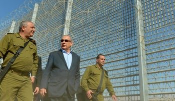 Netanyahu and IDF chief Eisenkot touring Israel's eastern border, February 9, 2015.