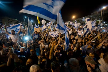 Protesters at the Tel Aviv rally in aid of IDF soldier Elor Azaria, April 19, 2016.