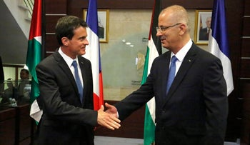 French Prime Minister Manuel Valls shakes hands with Palestinian Prime Minister Rami Hamdallah, Ramallah, West Bank, May 24, 2016.