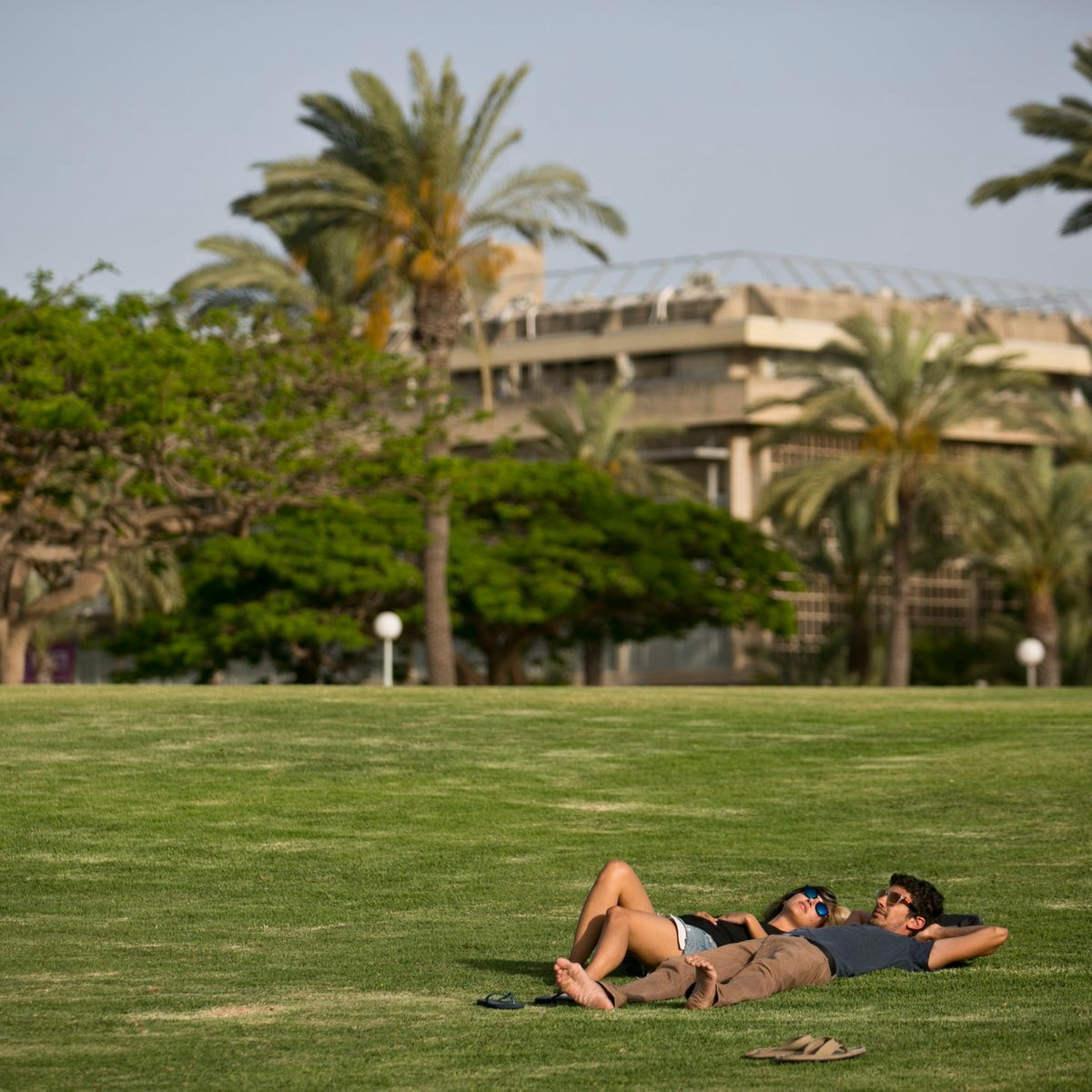 A couple of students on the Tel Aviv University campus.