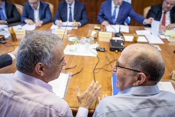 Kahlon and Ya'alon during a weekly cabinet meeting, May 4, 2016.