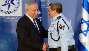 Police Commissioner Roni Alsheich shaking hands with Netanyahu, December 3, 2015.