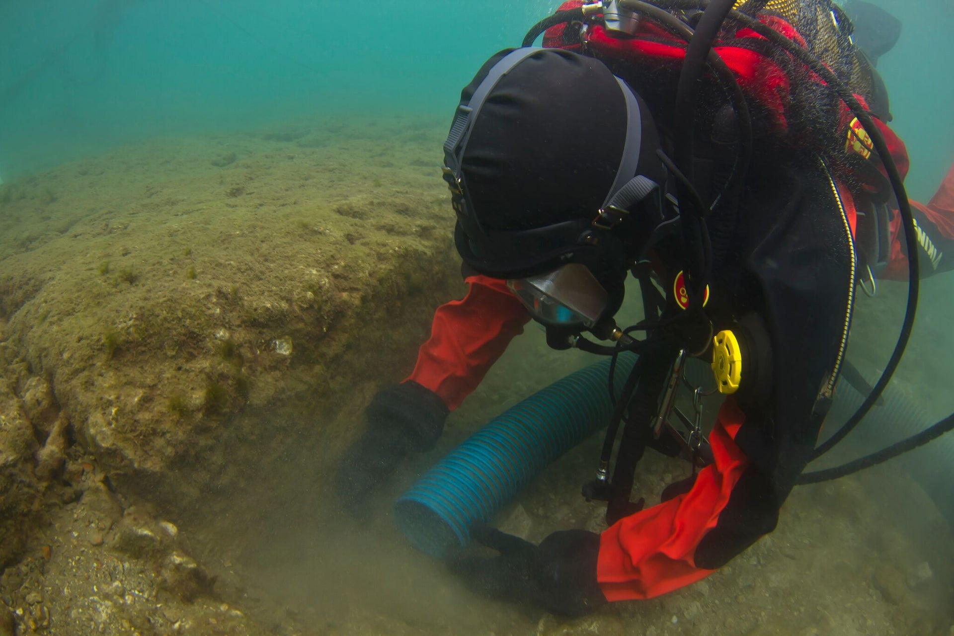 The harbors of the Piraeus are heavily polluted. Archaeologists wore chemical-resistant Viking Pro 1000 dry-suits and Interspiro full-face masks with positive-pressure valves to seal themselves from the contaminated water.