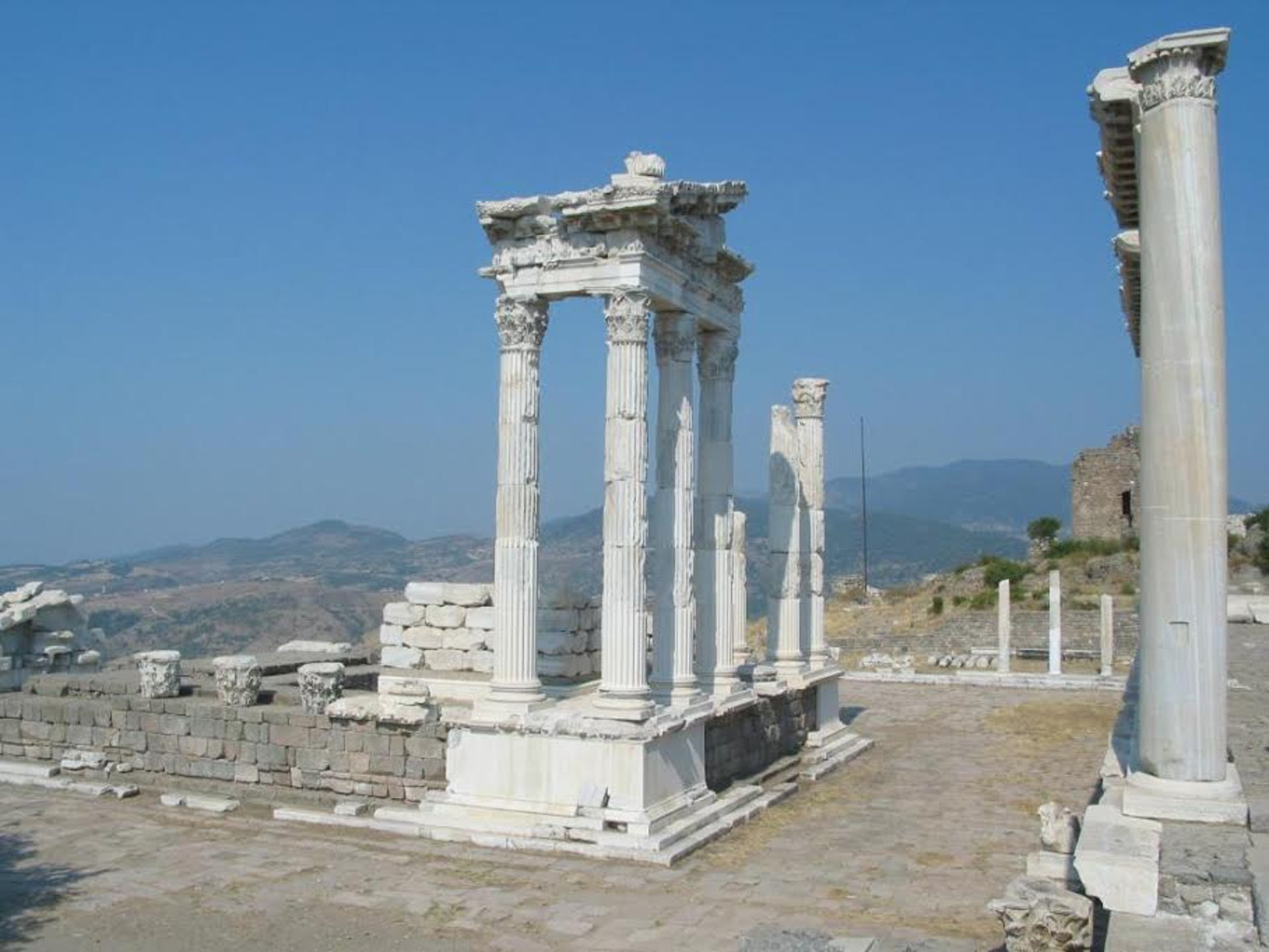 Atop Pergamon´s city-hill: The Trajanum with temple terrace. The Attalids were masters of creating awe through aesthetics in architecture.