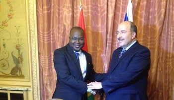 Director-General of the Israeli Ministry of Foreign Affairs Dori Gold and Chief of Staff of the Guinean President's Office Dr. Ibrahim Khalil Kaba in Paris signing the joint statement, Wednesday.