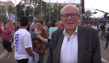 Marcel Ophuls in a demonstration in Tel Aviv, in a screenshot from Unpleasant Truths.