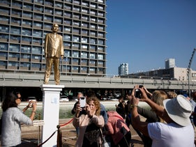 People taking photographs of Itay Zalait's statue of Prime Minister Benjamin Netanyahu, December 6, 2016.