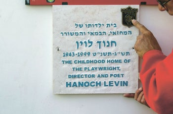 The plaque on 18 Rosh Pina St. Childhood home of playwright Hanoch Levin.