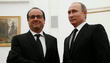 Russian President Vladimir Putin, right, shakes hands with his French counterpart Francois Hollande during their meeting in Moscow, Russia, November 26, 2015.