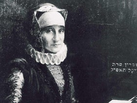 Black and white image of Gluckel of Hameln, with a script next to her.