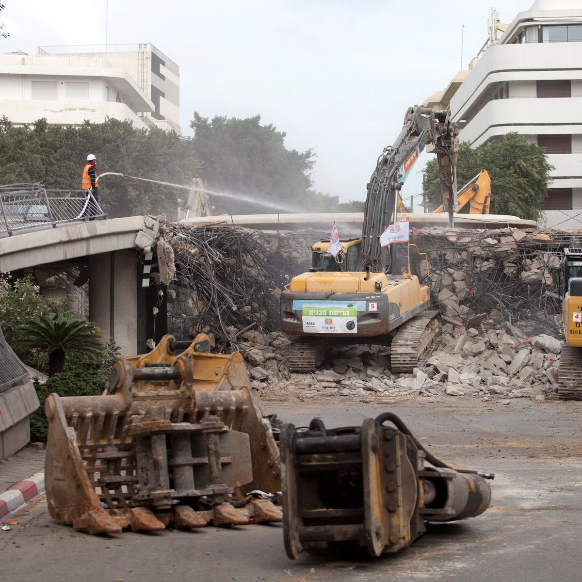 Bulldozers working on the lowering of Dizengoff Square, January 9, 2017.