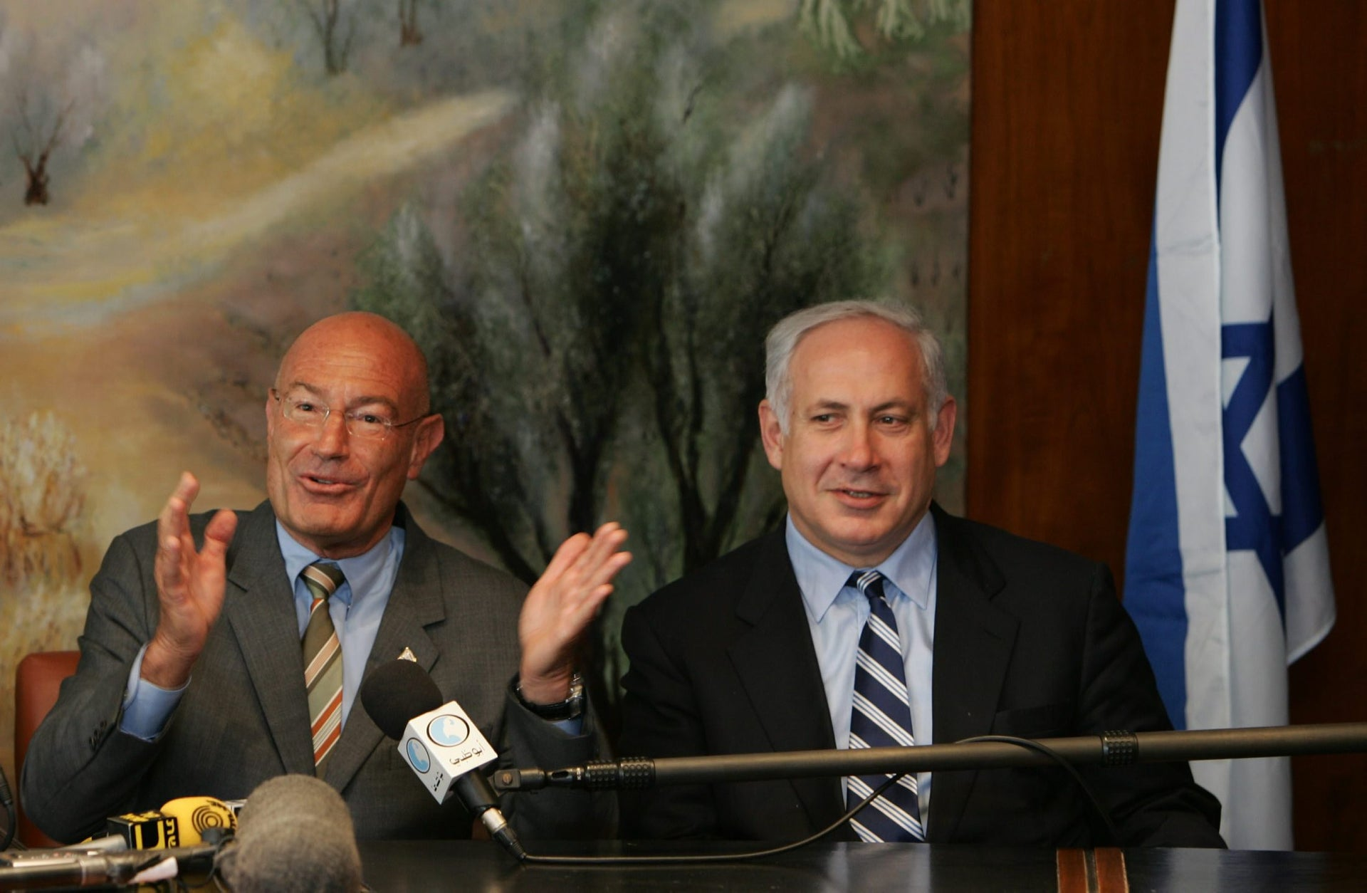 JERUSALEM, ISRAEL - MARCH 28: Israeli-American movie producer Arnon Milchan (L) is flanked by Finance Minister Benjamin Netanyahu as he announces his donation of US$100 million to establish a new Israeli university, at a press conference on March 28, 2005 in Jerusalem, Israel. The Israeli-born head of New Regency Productions said the campus would be based in the Galilee town of Carmiel in northern Israel. The donation is apparently the largest by a private individual for a project in Israel. (Photo by David Silverman/Getty Images)