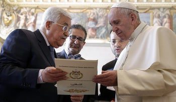 Palestinian president Mahmoud Abbas (L) exchange gifts with Pope Francis, during a private audience at the Vatican on January 14, 2017