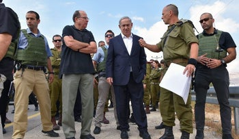 Netanyahu and then-defense chief Ya'alon during a tour on the Gaza border, 2015.