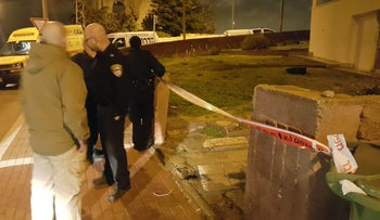 Police sealing off the crime scene after a 66-year-old woman was found murdered in Ashdod, January 15, 2017.