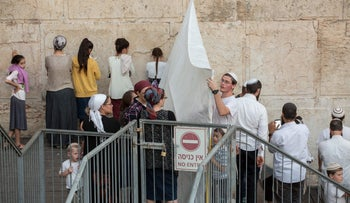 Orthodox put up a temporary divider in the Robinson's Arch section of the Western Wall to challenge the site's designation as a place for Reform and Conservative prayer, October 20, 2016.