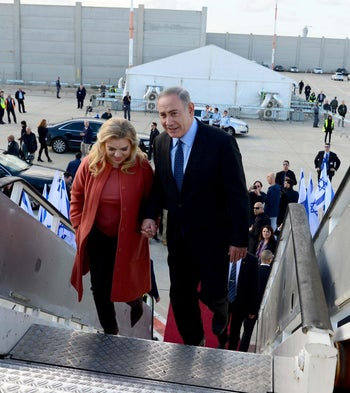 Benjamin and Sara Netanyahu boarding a plane to Washington D.C. ahead of the prime minister's meeting with Trump, February 13, 2017.