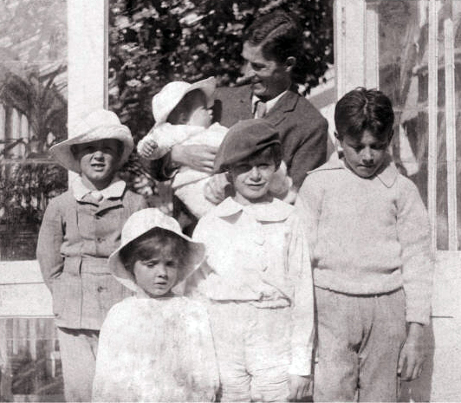 Arthur Llewelyn Davies and sons: Nico (in arms), Jack, Peter, George, Michael (in front).