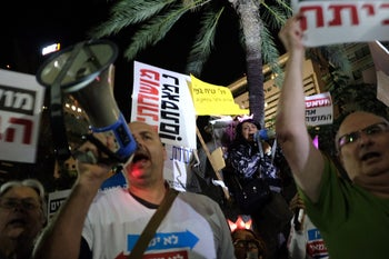 """Thousands of anti-Netanyahu protesters hit Israeli streets for second week running for """"March of Shame"""" in Tel Aviv, Dec 9, 2017"""