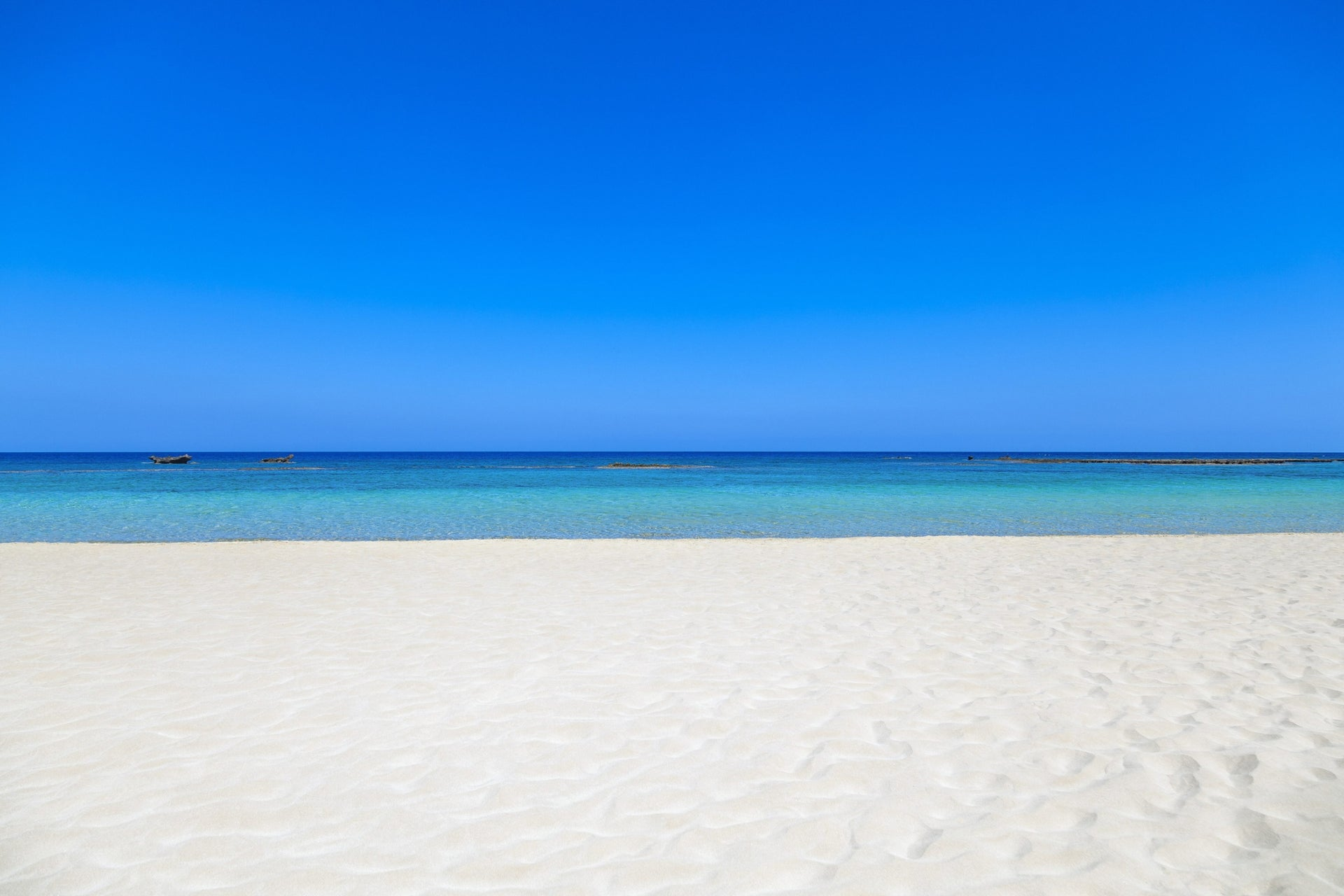 Blue skies and white sands: Are these facts so obvious they don't need to be verified?
