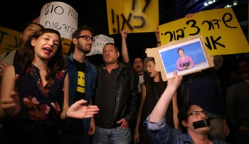 Israeli journalists demonstrate against the compromise forged by Prime Minister Benjamin Netanyahu and Treasury Minister Moshe ahlon with respect to the new public broadcaster, Kan, on April 1, 2017, outside government offices in Tel Aviv