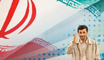 FILE PHOTO: Iran's President Mahmoud Ahmadinejad greets journalists before the start of a news conference in Tehran September 18, 2008.