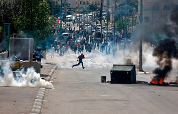 Palestinian protesters clash with Israeli security forces following a demonstration in support of prisoners on a hunger strike, Bethlehem, West Bank, April 17, 2017.