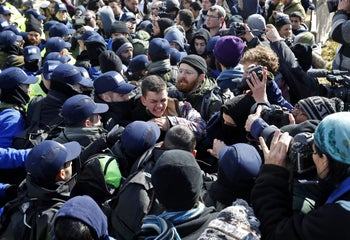 Israeli settlers scuffle with security forces at the Amona outpost, northeast of Ramallah, on February 1, 2017 as they evict the hardline occupants of the wildcat settlement outpost in line with a High Court ruling that determined the homes were built on private Palestinian land.