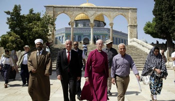 Archbishop of Canterbury Justin Welby (center) visits the Al Aqsa Mosque compound in Jerusalem, May 3, 2017.