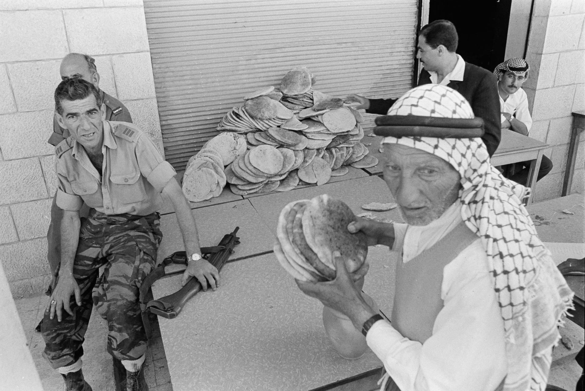 Dividing bread between soldiers in Qalqilyah during the Six-Day War.
