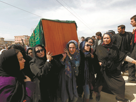 File photo: Afghan women's rights activists carry the coffin of Farkhunda, an Afghan woman who was beaten to death and set alight on fire on Thursday, during her funeral ceremony in Kabul March 22, 2015.