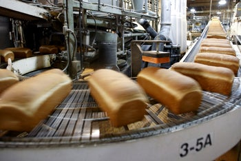 FILE PHOTO: Loaves of Wonder Bread move down a conveyor belt after being baked at the Hostess Brand Inc. bakery in Sacramento, California, U.S., on Thursday, March 10, 2011.