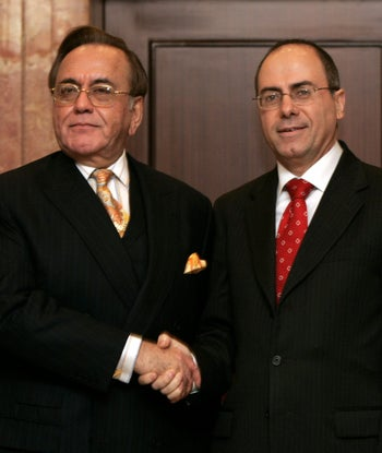 Pakistani Foreign Minister Khursheed Kasuri shakes hands with his Israeli counterpart Silvan Shalom in the first public meeting between the two states. Istanbul, Turkey. Sept. 1, 2005.