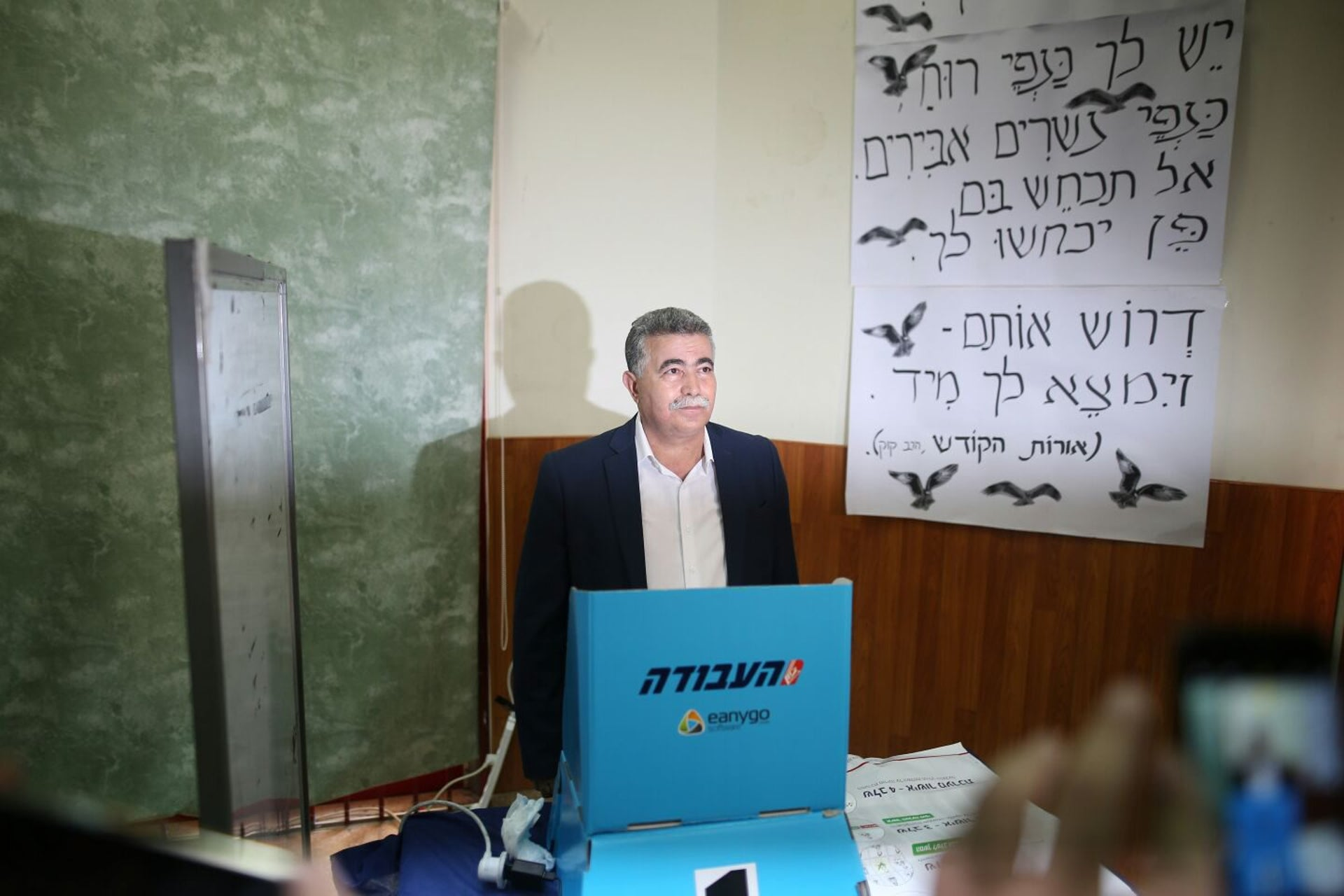 Amir Peretz votes in the Labor Party runoffs in Sderot on Monday, July 10, 2017.