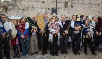 Rabbi Steven Wernick, CEO of The United Synagogue of Conservative Judaism, fourth from left carrying dark-green Torah scroll, with Israeli and U.S. Jewish Reform and Conservative leaders during a protest at the Western Wall, November 2, 2016.