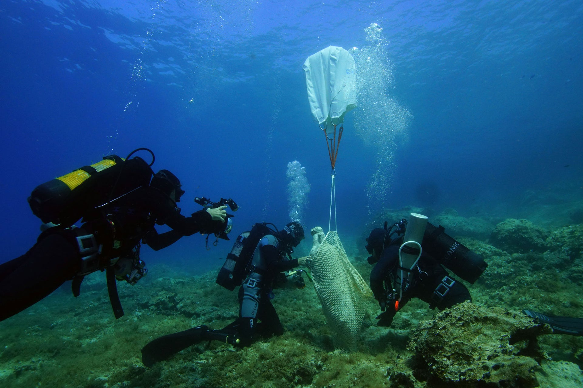 Divers raise a Roman North African amphora for further study and conservation.