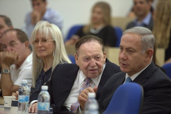 Adelson (center), flanked by his wife Miriam and Netanyahu, at the inauguration of the IDC School for Entrepreneurship in his name, January 15, 2017