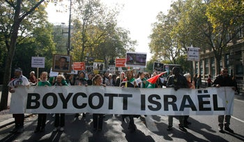 People take part in a pro-Palestinian demonstration on October 10, 2015 in Paris.