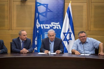 Prime Minister Benjamin Netanyahu (center), flanked by Yuval Steinitz (left) and David Bitan, at a Likud faction meeting, May 2017.
