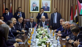 Palestinian Prime Minister Rami Hamdallah (C) and Egyptian intelligence chief Khaled Fawzy (C-L), head a meeting with officials at Mahmoud Abbas' former official residence, in Gaza City, Oct. 3, 2017.