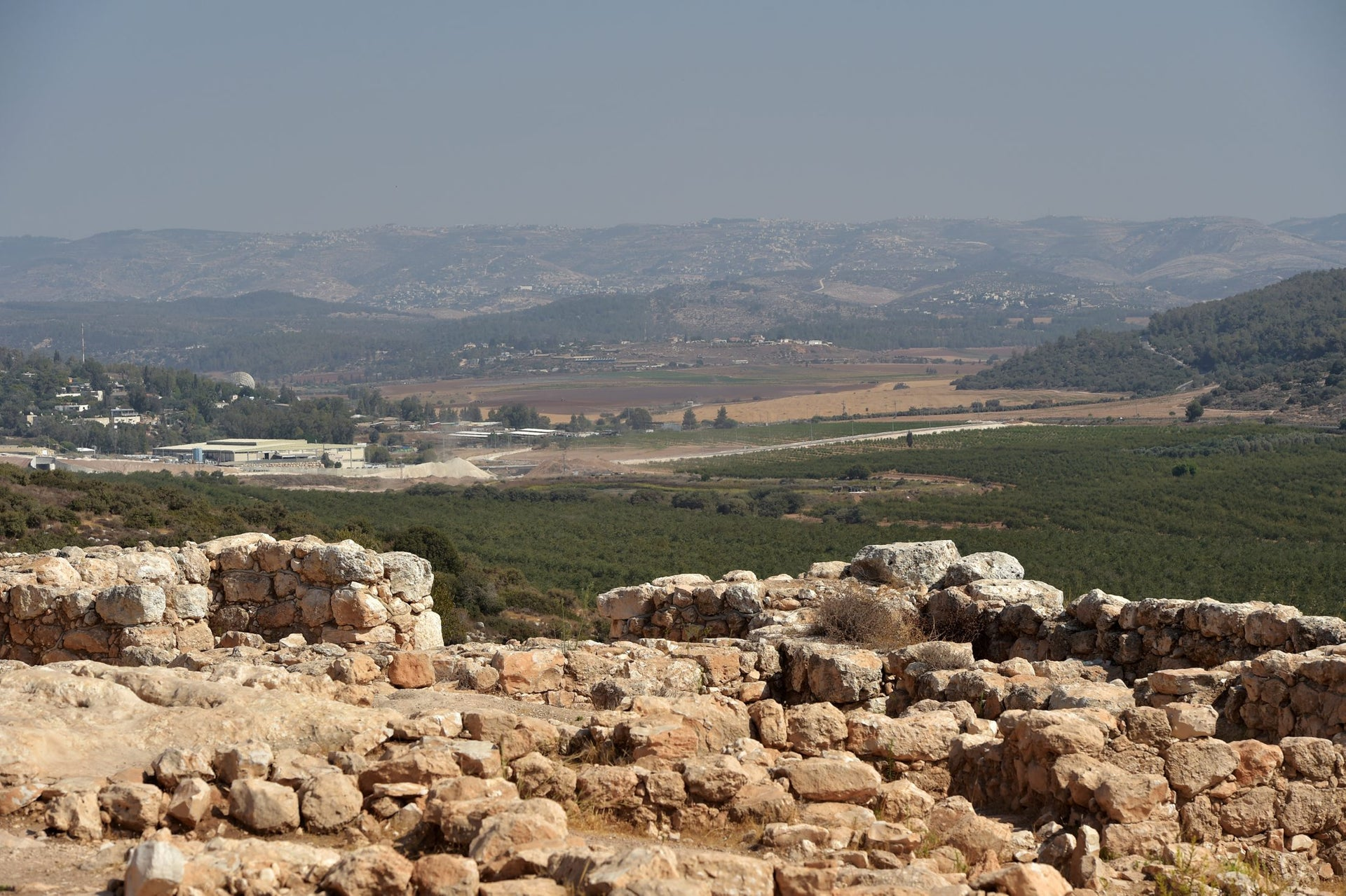 The fortress at Qeiyafa only survived some 20 or 30 years, but turns out, based on dating olive pits, to have coexisted with the purported United Kingdom. Could it be evidence of a polity powerful enough to built a fortress of this kind outside Jerusalem?