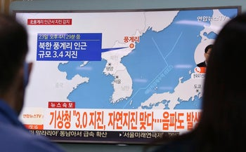 South Koreans watching a TV news program reporting on an earthquake in northeastern North Korea, September 23, 2017.