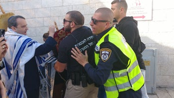 Rabbi Gilad Kariv, executive director of the Reform movement in Israel, in an altercation with security guards at the Western Wall, November 16, 2017.