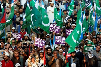 Supporters of religious and political party Jamaat-e-Islami hold signs decalring 'Death to Israel' at a rally against U.S. President Donald Trump's Jerusalem decision. Karachi, Pakistan, December 17, 2017