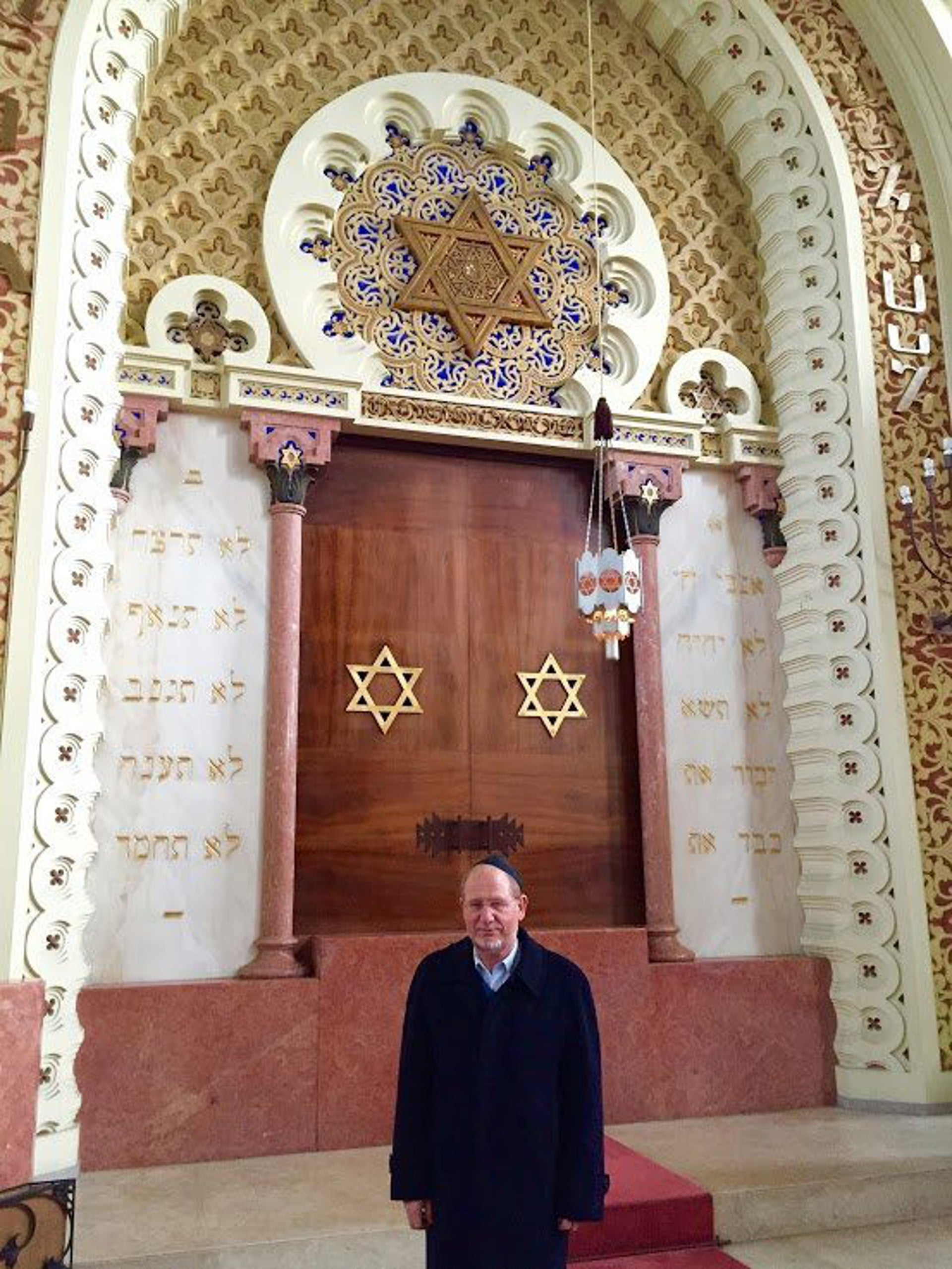 Michael Rothwell, spokesman of the Jewish community of Porto, before the ark in the Mekor Haim synagogue, February 2016.